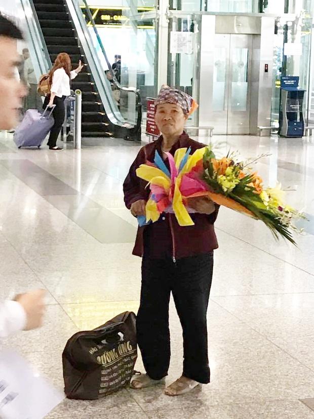 Hình ảnh cảm động ở sân bay: Người mẹ nghèo ôm bó hoa 500k chờ tặng con gái sau 3 năm đi xuất khẩu lao động - Ảnh 3.