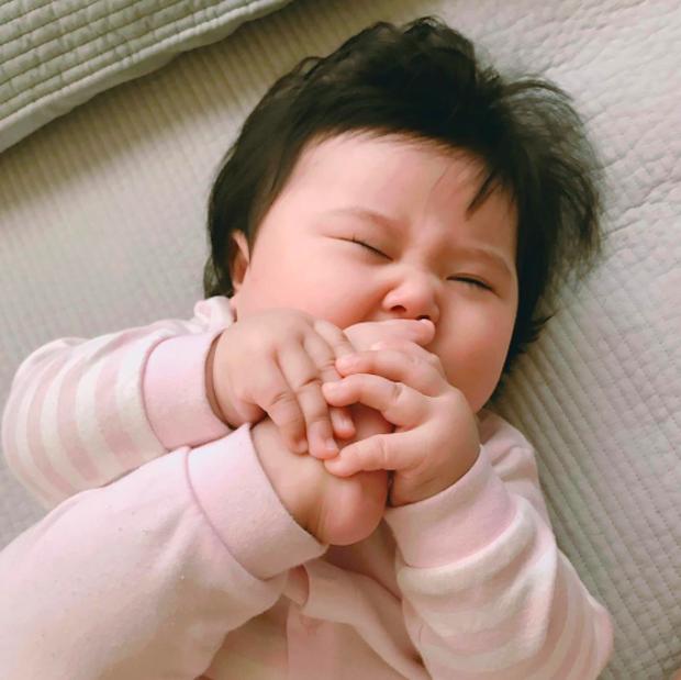 Cặp má nhìn là muốn cắn của cô nhóc Hàn Quốc mặt bư siêu cưng - Ảnh 11.