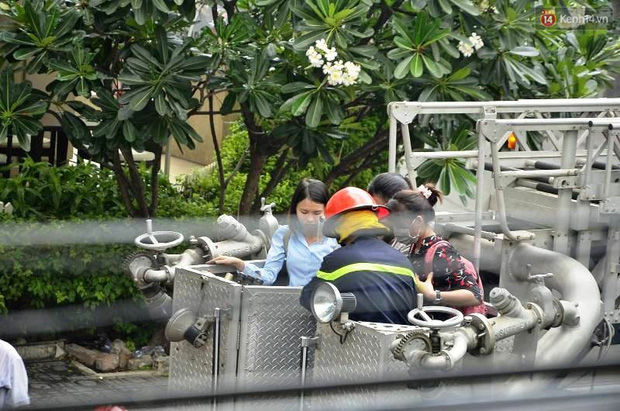 Giải cứu 15 người mắc kẹt trong đám cháy ở trung tâm Sài Gòn - Ảnh 8.