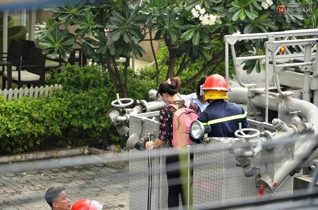 Giải cứu 15 người mắc kẹt trong đám cháy ở trung tâm Sài Gòn - Ảnh 9.