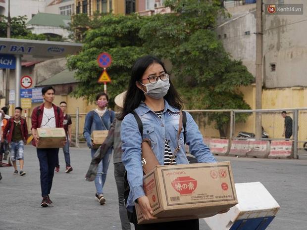 Kết thúc 4 ngày nghỉ lễ, người dân lỉnh kỉnh đồ đạc quay lại Hà Nội và Sài Gòn - Ảnh 11.