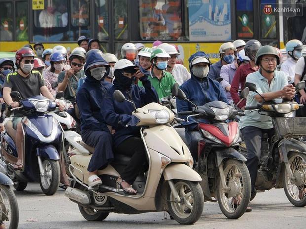 Kết thúc 4 ngày nghỉ lễ, người dân lỉnh kỉnh đồ đạc quay lại Hà Nội và Sài Gòn - Ảnh 1.