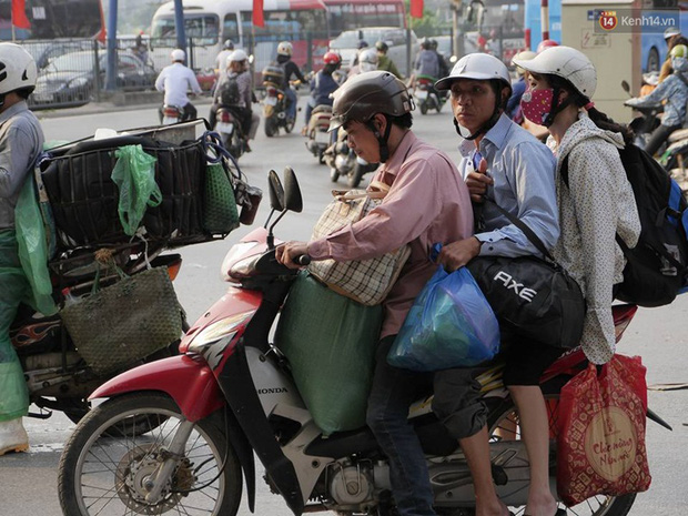 Kết thúc 4 ngày nghỉ lễ, người dân lỉnh kỉnh đồ đạc quay lại Hà Nội và Sài Gòn - Ảnh 15.