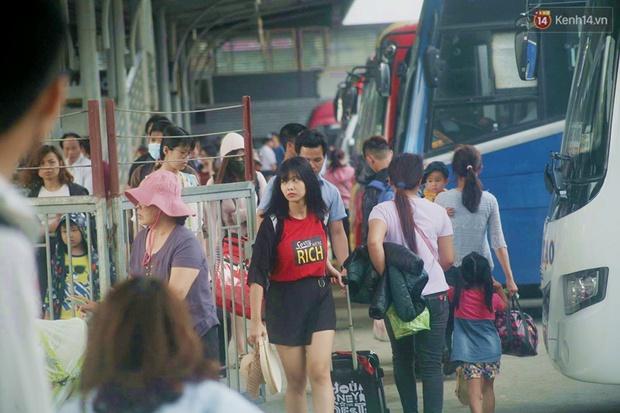 Kết thúc 4 ngày nghỉ lễ, người dân lỉnh kỉnh đồ đạc quay lại Hà Nội và Sài Gòn - Ảnh 8.