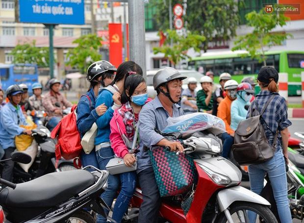 Kết thúc 4 ngày nghỉ lễ, người dân lỉnh kỉnh đồ đạc quay lại Hà Nội và Sài Gòn - Ảnh 19.
