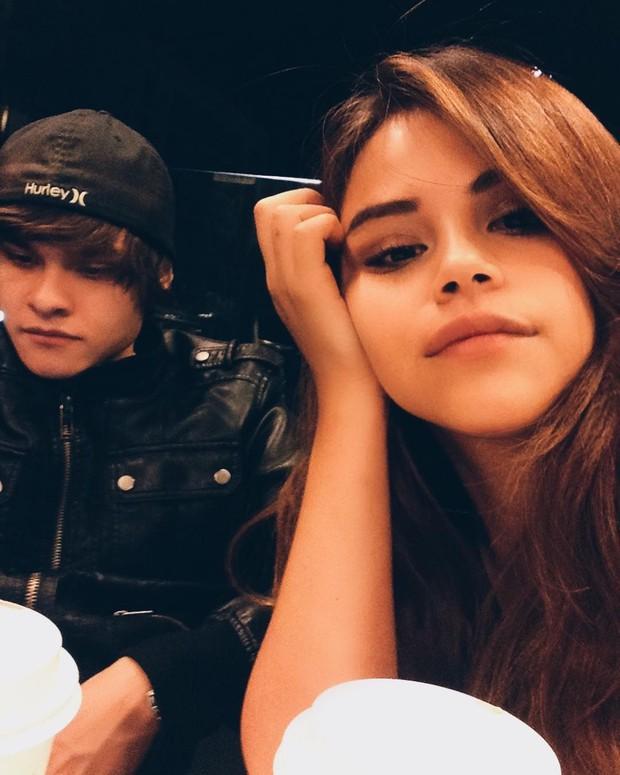 """Selena Gomez bỗng có thêm một """"em gái sinh đôi"""" giống hệt mình trên mạng xã hội"""