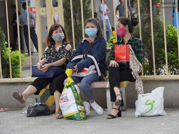 Kết thúc 4 ngày nghỉ lễ, người dân lỉnh kỉnh đồ đạc quay lại Hà Nội và Sài Gòn - Ảnh 14.