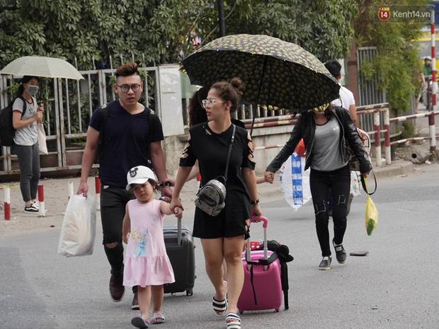 Kết thúc 4 ngày nghỉ lễ, người dân lỉnh kỉnh đồ đạc quay lại Hà Nội và Sài Gòn - Ảnh 7.