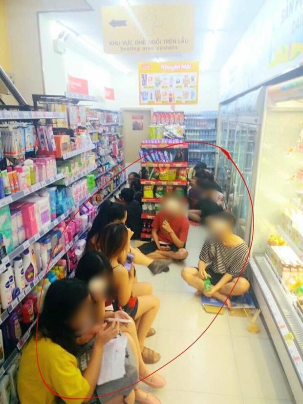 Ngao ngán cảnh sinh viên ôm chăn gối theo để ngủ, xả rác bừa bãi trong các cửa hàng tiện lợi - Ảnh 5.