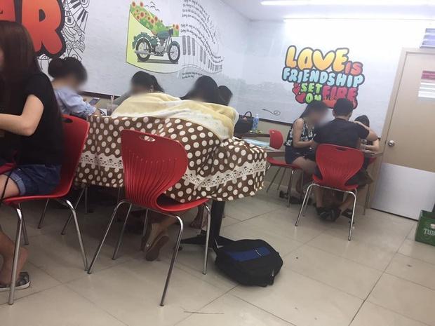 Ngao ngán cảnh sinh viên ôm chăn gối theo để ngủ, xả rác bừa bãi trong các cửa hàng tiện lợi - Ảnh 4.