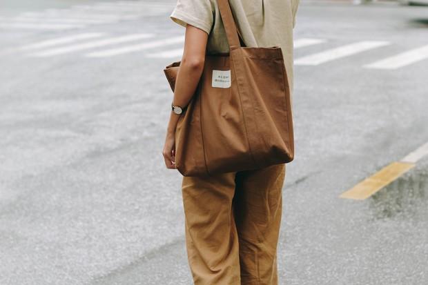 ACOHI, những chiếc túi tote vải mang ý nghĩa uống cà phê khi trời mưa của Việt Nam đang khiến giới trẻ mê mẩn - Ảnh 7.
