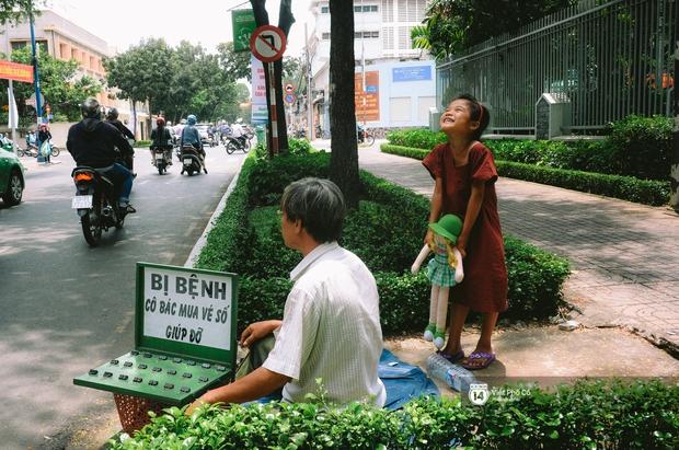 Gia đình vé số Sài Gòn: Ba mẹ ăn chuối luộc thay cơm, hai con gái không biết đến thịt cá - Ảnh 5.