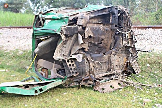 Xe tải nát bét sau khi bị tàu lửa kéo lê hơn 100 mét ở Quảng Nam - Ảnh 3.
