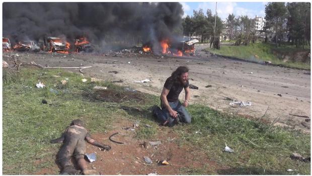 Nhà báo quỳ khóc tuyệt vọng bên em bé chết trong vụ đánh bom - Ảnh 1.
