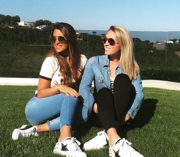 Bạn gái Messi và vợ Suarez khai trương cửa hàng giày - Ảnh 3.