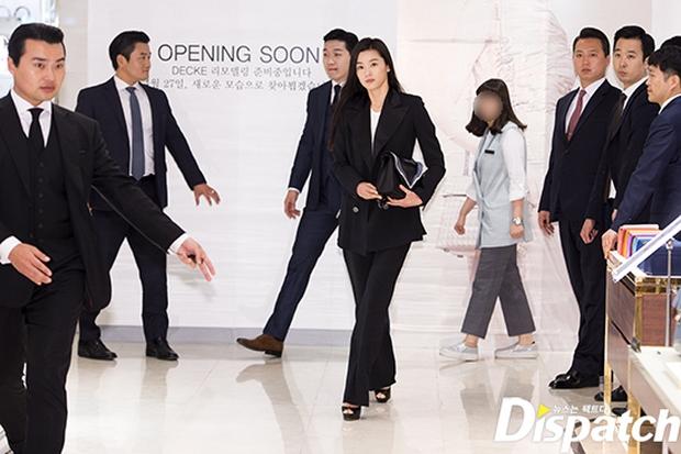 Hết gây xôn xao với nhà 650 tỉ, Jeon Ji Hyun lại xuất hiện như bà hoàng giữa dàn vệ sĩ hùng hậu - Ảnh 2.