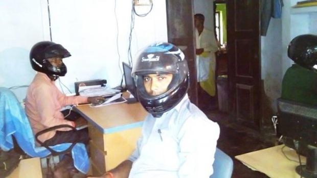 Sợ trần nhà sập vào đầu, nhân viên văn phòng Ấn Độ đồng loạt đội mũ bảo hiểm để bảo toàn tính mạng - Ảnh 3.