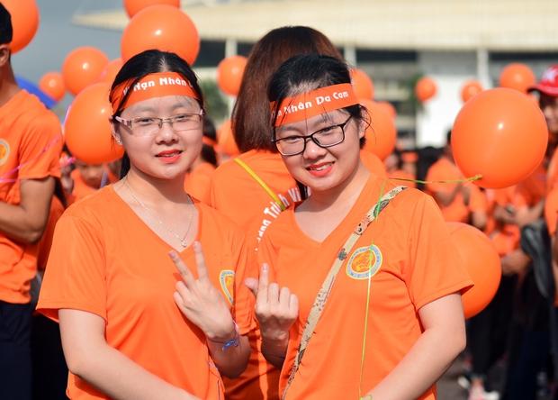 Hàng ngàn sinh viên xuống đường đi bộ vì nạn nhân da cam - Ảnh 2.