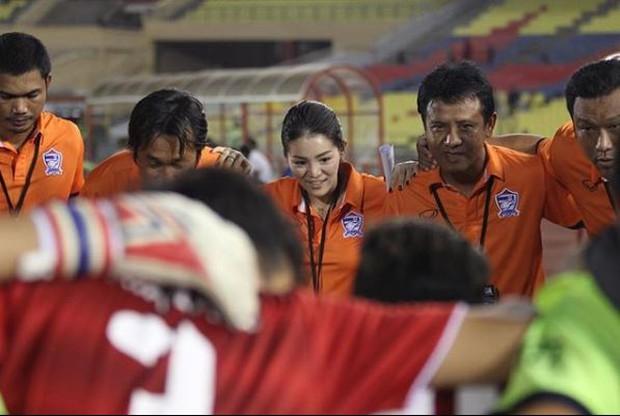 Nhan sắc trưởng đoàn Thái Lan gây sốt ở buổi họp HLV bóng đá SEA Games 29 - Ảnh 7.