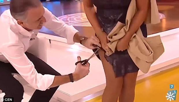 Người dẫn chương trình gây phẫn nộ khi thản nhiên cắt váy của nữ đồng nghiệp trên sóng truyền hình trực tiếp - Ảnh 2.