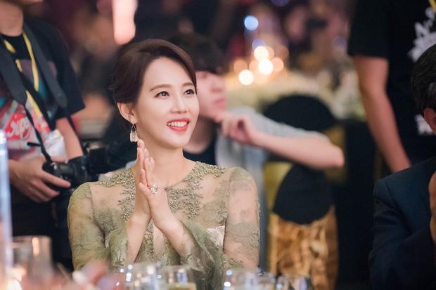 """Ở tuổi 47, ngôi sao phim """"Gia đình là số 1"""" vẫn trẻ trung và nổi bật dự sự kiện tại Việt Nam - Ảnh 2."""