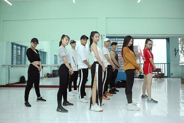 Đông Nhi ăn vội trong phòng tập, hứa hẹn thể hiện vũ đạo cực khó nhưng đẹp mắt tại Asia Song Festival 2017 - Ảnh 11.