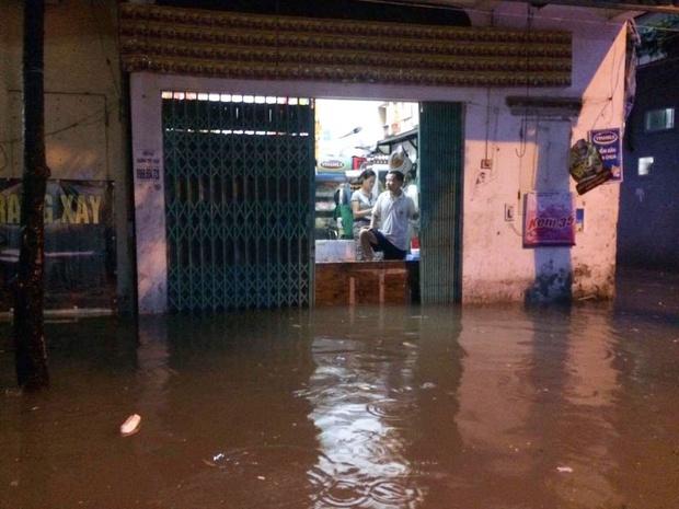 Chùm ảnh: Hà Nội ngập nặng sau cơn mưa chiều tối, đời sống người dân đảo lộn - Ảnh 3.