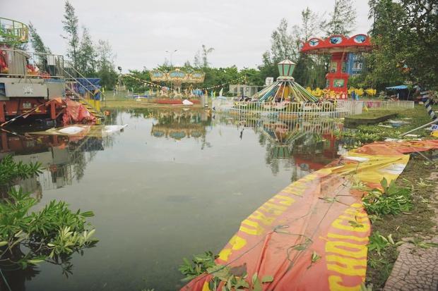 Chùm ảnh: Bãi tắm Cửa Lò tan hoang, thiệt hại nặng nề sau bão số 2 - Ảnh 4.