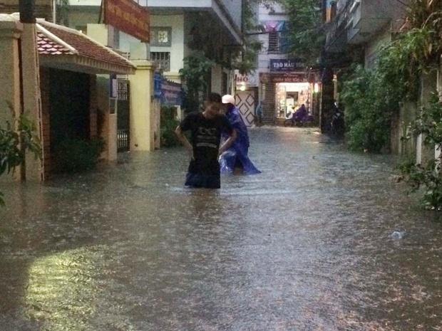Chùm ảnh: Hà Nội ngập nặng sau cơn mưa chiều tối, đời sống người dân đảo lộn - Ảnh 10.