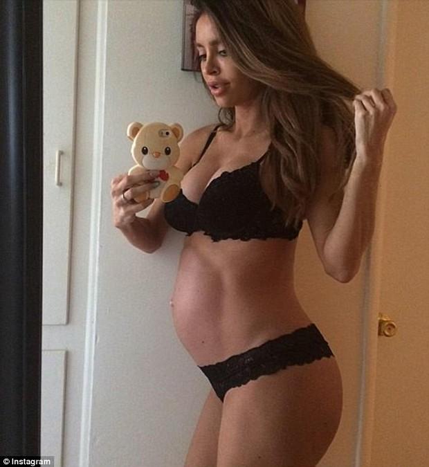 Người mẫu nội y mang bầu 6 tháng nhưng vẫn sở hữu thân hình thon gọn và nóng bỏng như thường - Ảnh 1.