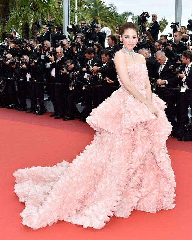 Đây chính là 16 bộ xiêm y đẹp không thể quên trong lịch sử thảm đỏ LHP Cannes - Ảnh 4.