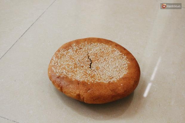 Dân mạng phát sốt với bánh Trung thu gắn mác Hong Kong, to như chiếc Pizza giá chỉ 50.000 đồng ở Hà Nội - Ảnh 4.