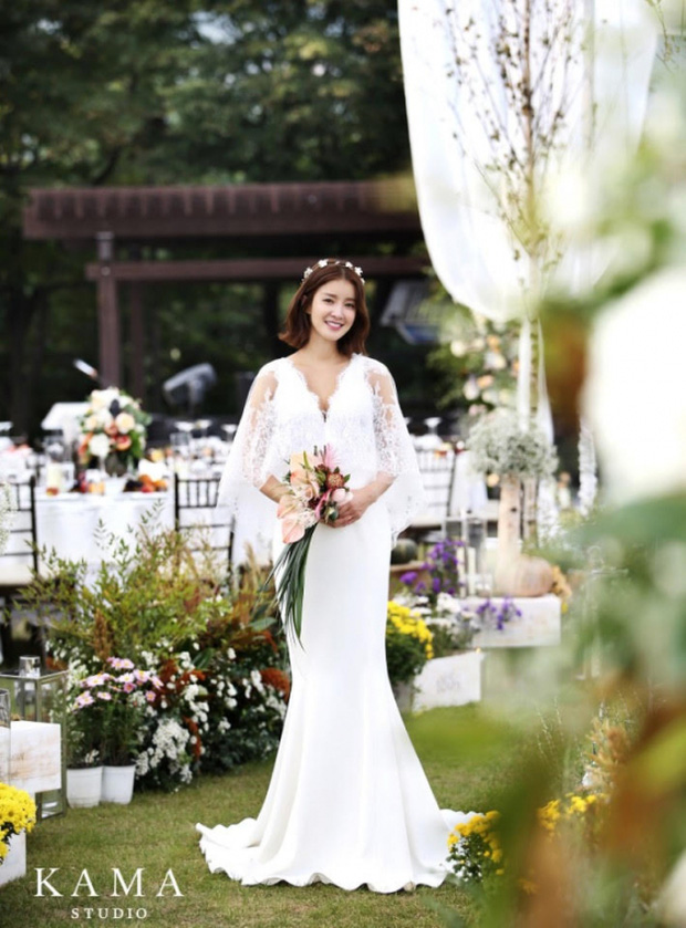 Đám cưới nữ diễn viên Vườn sao băng: Cô dâu chú rể đẹp như minh tinh trong đám cưới thần thánh - Ảnh 1.