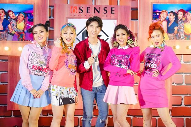 Kẹt show diễn, Đông Nhi tranh thủ đến chúc mừng gà cưng Lip B ra mắt MV mới - Ảnh 10.