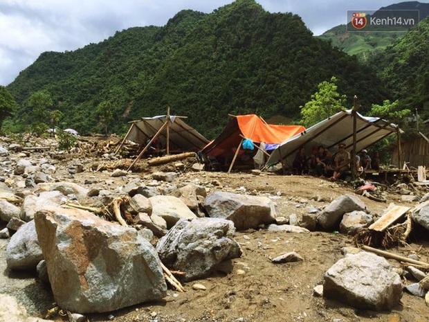 Tình người trong lũ dữ Mù Cang Chải: Chiến sĩ ăn mì tôm sống, vác gạo vượt hàng chục km đường rừng giúp đỡ bà con - Ảnh 5.