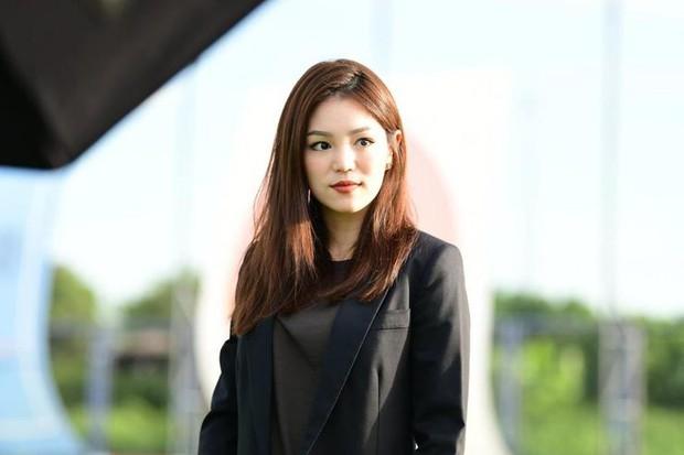 Nữ phóng viên Thái Lan đẹp hút mắt ở SEA Games 29 - Ảnh 10.