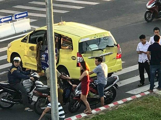 Taxi bị lật nhào sau va chạm với xe ô tô, nhiều người hợp sức cứu tài xế bị mắc kẹt - Ảnh 3.