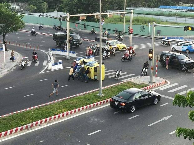 Taxi bị lật nhào sau va chạm với xe ô tô, nhiều người hợp sức cứu tài xế bị mắc kẹt - Ảnh 2.