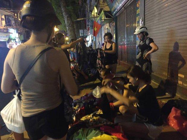 Chôm quần áo hàng hiệu về bán trên vỉa hè, bà cụ bị các shop ở Hà Nội kéo đến đòi lại đồ - Ảnh 3.