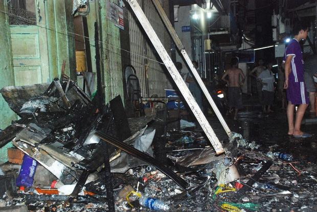 Người dân và du khách ở phố Tây Bùi Viện nhốn nháo vì cháy nhà trong hẻm, nhiều tuyến đường bị cắt điện - Ảnh 5.