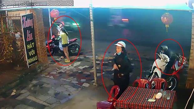 Clip: Ba thanh niên dàn cảnh cướp xe máy trước mắt nữ nhân viên quán ăn ở Sài Gòn - Ảnh 2.