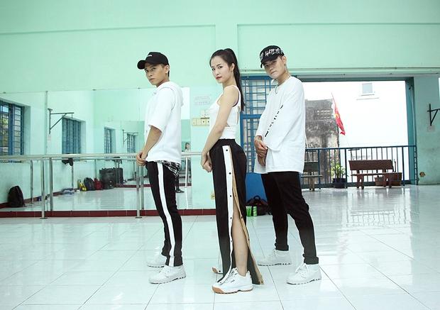 Đông Nhi ăn vội trong phòng tập, hứa hẹn thể hiện vũ đạo cực khó nhưng đẹp mắt tại Asia Song Festival 2017 - Ảnh 10.