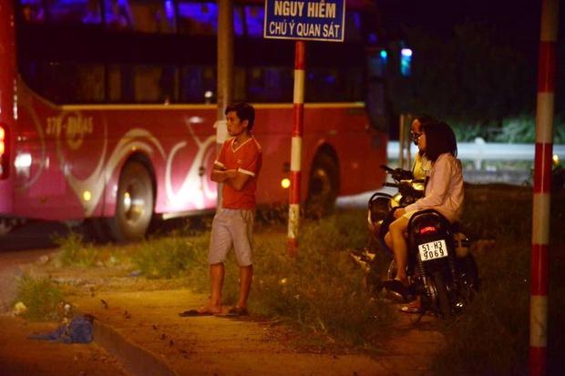 Hà Nội: Vành đai 3 ùn tắc nhiều tiếng đồng hồ, người dân vạ vật ngoài cao tốc bắt xe về quê trong đêm - Ảnh 9.