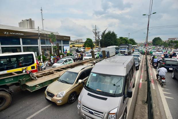 Càng về chiều, khu vực cửa ngõ phía Nam của Thủ đô từ cao tốc Pháp Vân, QL 1A cũ, lưu lượng phương tiện bắt đầu tăng lên. Ảnh: Phương Thảo