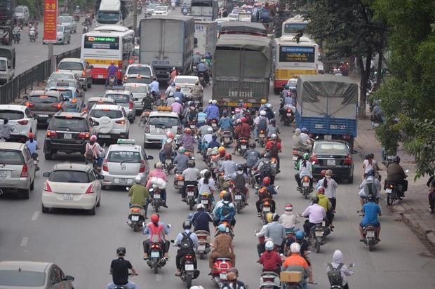 Nhiều người dân lựa chọn di chuyền bằng xe máy lên Hà Nội sau kì nghỉ lễ. Ảnh: Phương Thảo