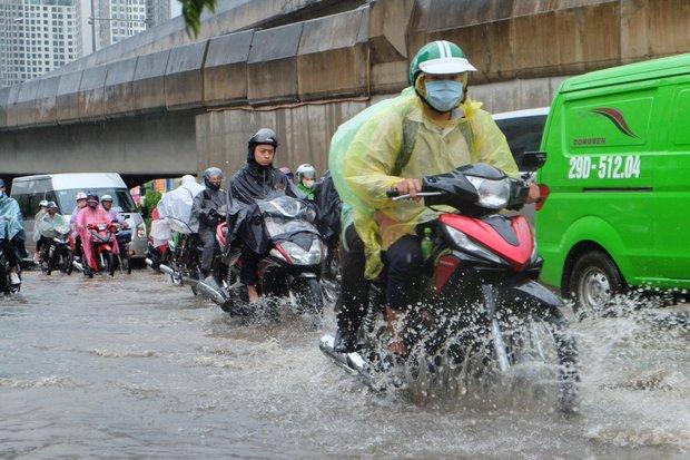 Người dân từ các tỉnh đổ về Thủ đô chật vật di chuyển trong mưa lớn sau kì nghỉ lễ kéo dài - Ảnh 3.