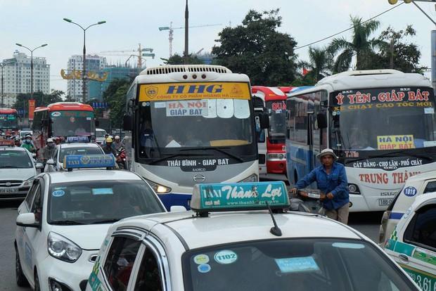 Khu vực tuyến đường Giải Phóng, cổng bến xe Giáp Bát lưu lượng phương tiện bắt đầu đông. Ảnh: Định Nguyễn