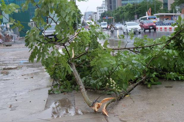 Người dân từ các tỉnh đổ về Thủ đô chật vật di chuyển trong mưa lớn sau kì nghỉ lễ kéo dài - Ảnh 14.