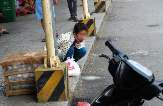 Một người say xe sau khi đi quãng đường dài. Ảnh: Định Nguyễn