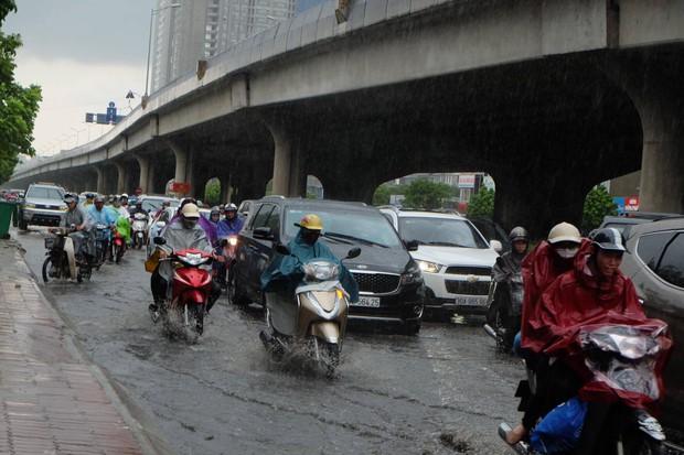 Người dân từ các tỉnh đổ về Thủ đô chật vật di chuyển trong mưa lớn sau kì nghỉ lễ kéo dài - Ảnh 2.